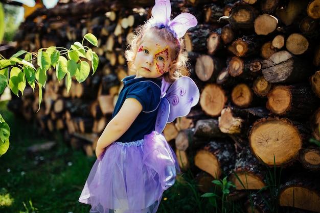 Красивая девушка в сказочном костюме с крыльями бабочки