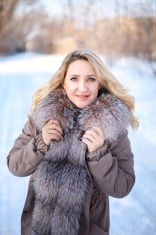 Красивая девушка в шубе в зимнем парке