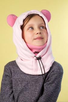 양 모양의 모자에서 아름 다운 소녀