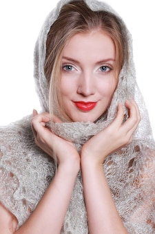 白い背景の上のヘッドスカーフの美しい少女