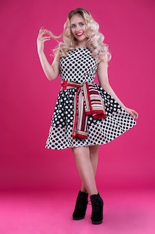 Красивая девушка в платье в горошек