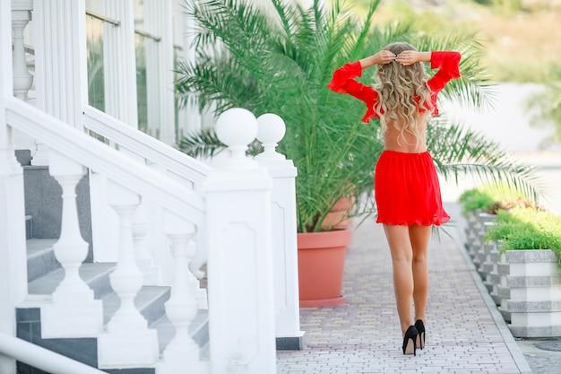 夏休みに赤いドレスを着た美しい少女。