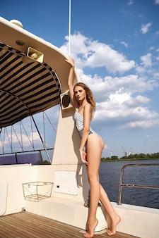 Красивая девушка в купальнике на яхте