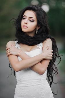 Красивая девушка в свадебном платье, с длинными волосами, невеста