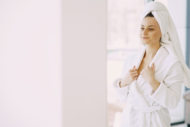 自宅に白いバスローブで美しい少女