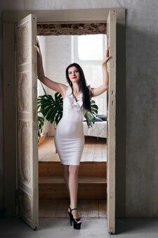 白いドレスを着た美しい少女