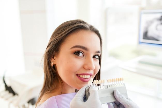 Красивая девушка в стоматологии