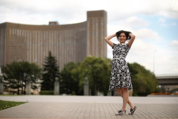 公園を散歩するためのドレスを着た美しい少女