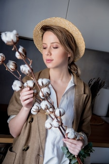 집에서 부엌에서 토트 백과 목화 공장 재킷에 아름 다운 소녀. 라이프 스타일의 건강과 생태 개념 프리미엄 사진