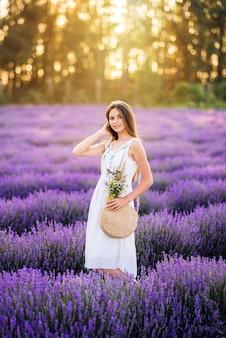 Красивая девушка в лаванде. милая девушка на фиолетовом фоне.