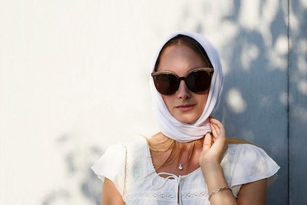 頭に白いスカーフを巻いたライフ スタイルの美しい女の子 ヒジャーブのかわいい笑顔の女性