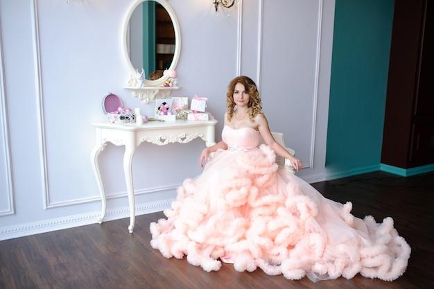 Красивая девушка в пышном платье