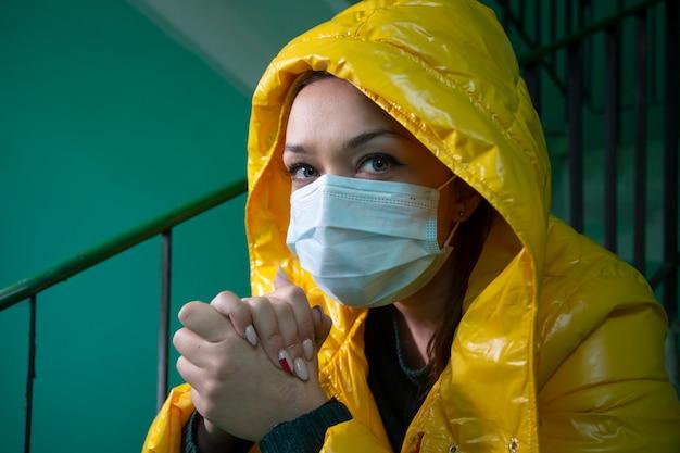 검역 격리 된 버려진 된 건물에 의료 마스크에서 아름 다운 소녀
