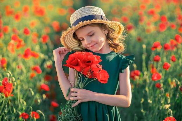 ポピー畑の美少女は美しさと香りを楽しんでいます