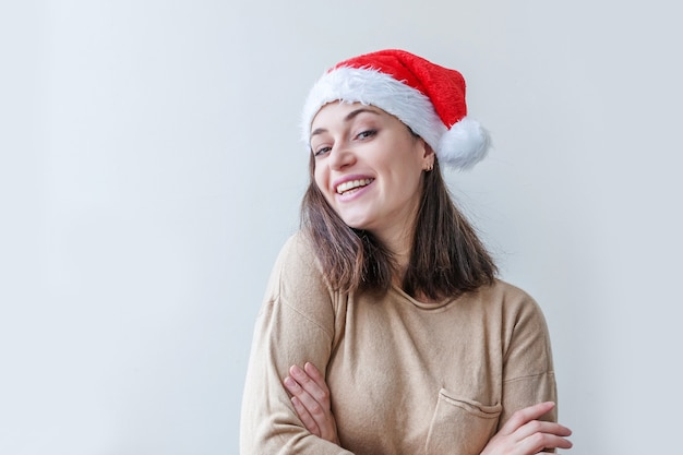 Красивая девушка в красной шляпе санта-клауса, изолированные на белом фоне