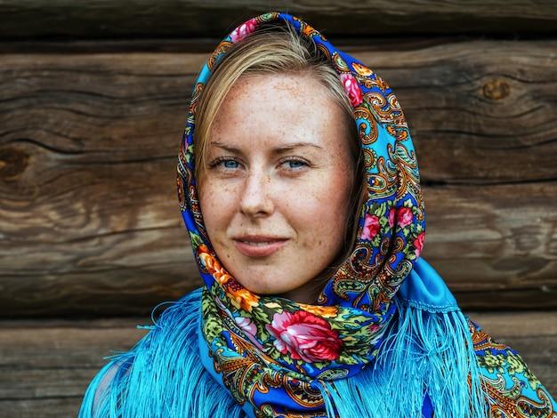 Красивая девушка в русской народной шали