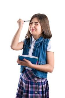 흰색에 그녀의 손에 노트북 학교 유니폼에서 아름 다운 소녀
