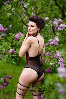 Красивая девушка в сексуальном нижнем белье на природе.