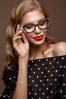 Красивая девушка в стильной одежде с очками для зрения и красными сексуальными губами. красота лица. фотография сделана в студии