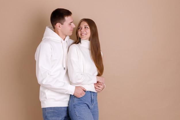 幸せで恋をしている男の腕の中で美しい少女。