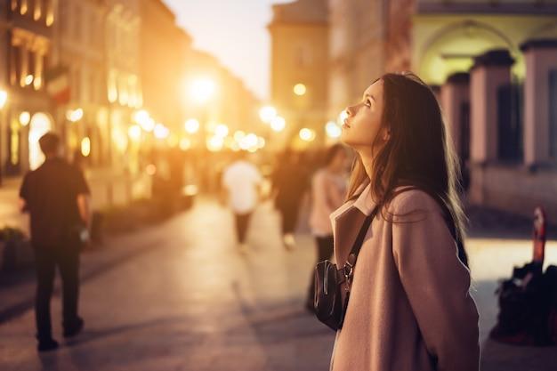 거리에서 저녁에 아름 다운 여자