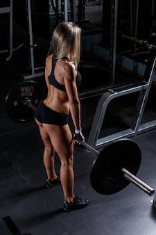 체육관에서 아름 다운 소녀