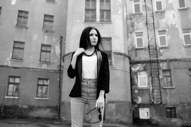 산업 도시에서 아름 다운 소녀