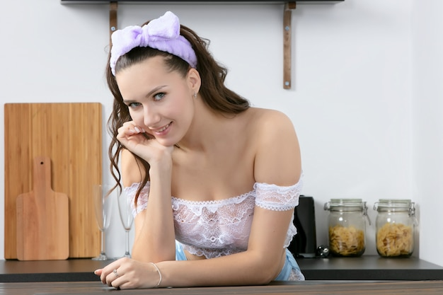 台所で美しい少女。自宅で女性の肖像画。