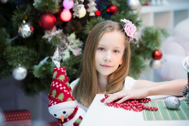 クリスマスを祝う新年の美しい少女