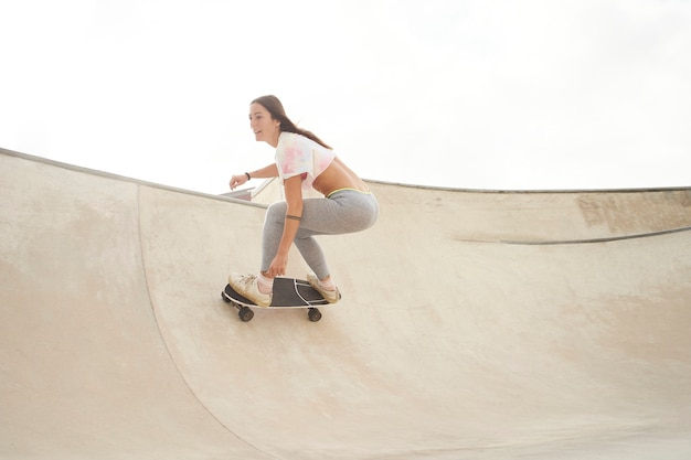スケートボードと公園の美しい少女