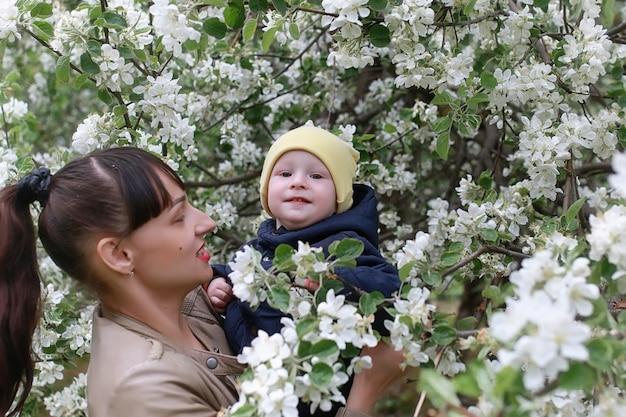 子供と公園で春の午後の美しい少女