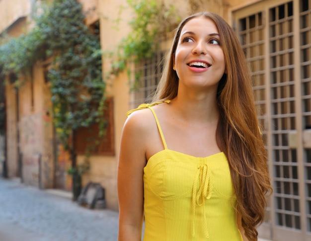 イタリア、ローマのトラステヴェレ地区で美しい少女