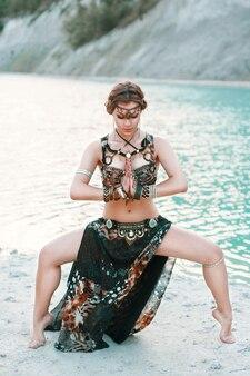 部族の融合衣装の美しい少女