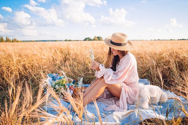 手で熟した小麦と麦畑で美しい少女