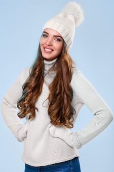 Красивая девушка в белом свитере