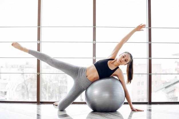 아름 다운 여자는 체육관에 종사