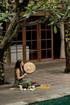 Una bella ragazza è impegnata in pratiche sciamaniche