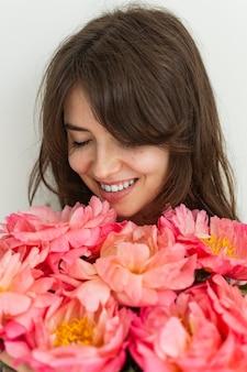 美しい少女は花に満足しています
