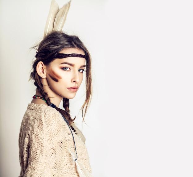 美しい少女はアメリカインディアンのファッションスタイルです