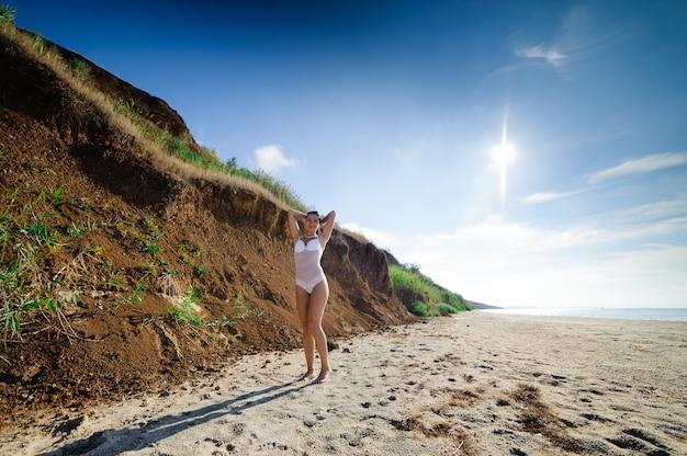 Красивая девушка отдыхает на пляже Premium Фотографии