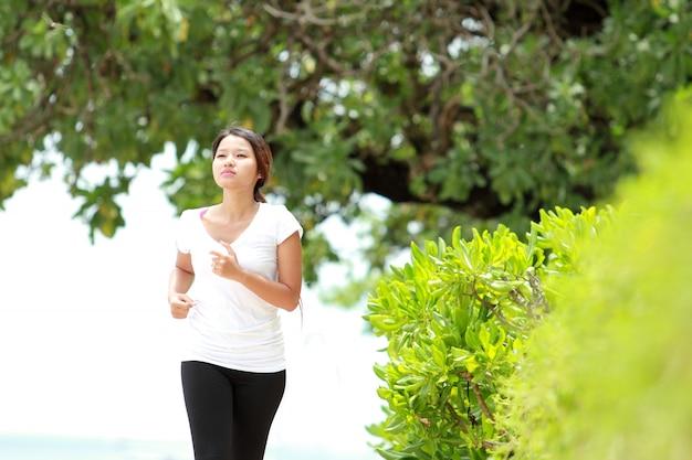 ビーチでジョギング美しい少女