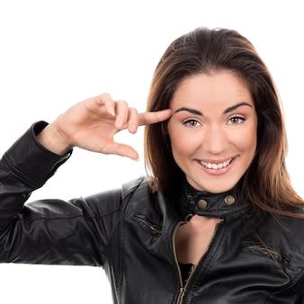 Bella ragazza tieni il dito vicino alla testa e mostra cosa sei pazzo