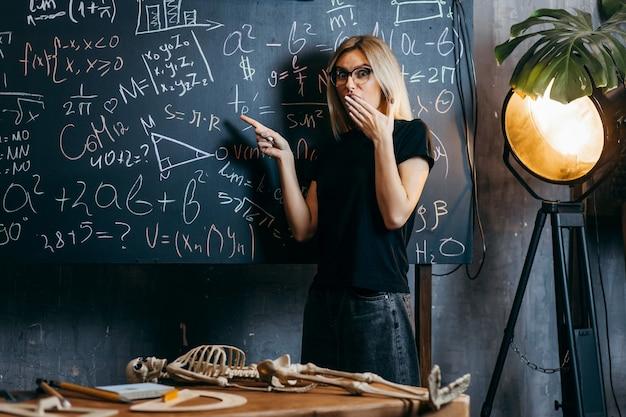 아름다운 소녀는 클래스에서 생물학을 배운다