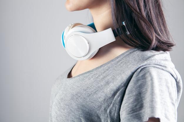 音楽を聴いている美しい少女