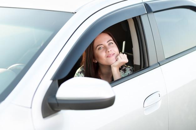 차 창 밖을 바라 보는 아름 다운 소녀