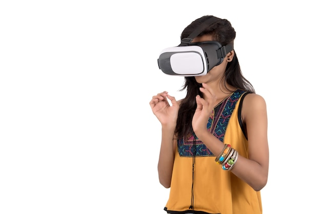 Красивая девушка смотрит устройство vr. молодая девушка носить гарнитуру очки виртуальной реальности.