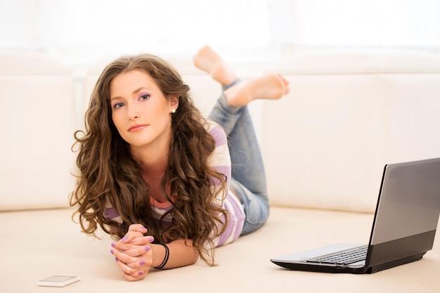 Красивая девушка лежит на полу