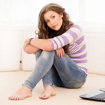 바닥에 누워 아름 다운 소녀