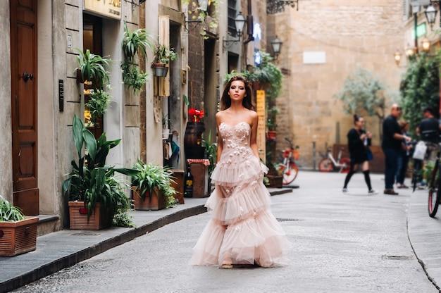 フィレンツェで撮影されたピンクのウェディングドレスの美しい女の子モデル、フィレンツェの花嫁での写真撮影。