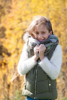 公園の秋の日に美しい少女
